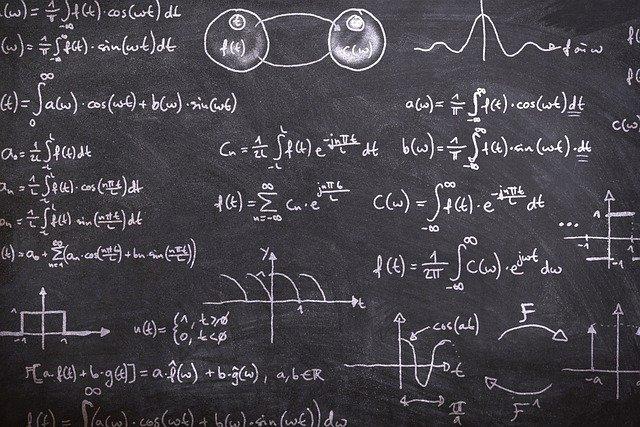 黒板に書かれた数式と図